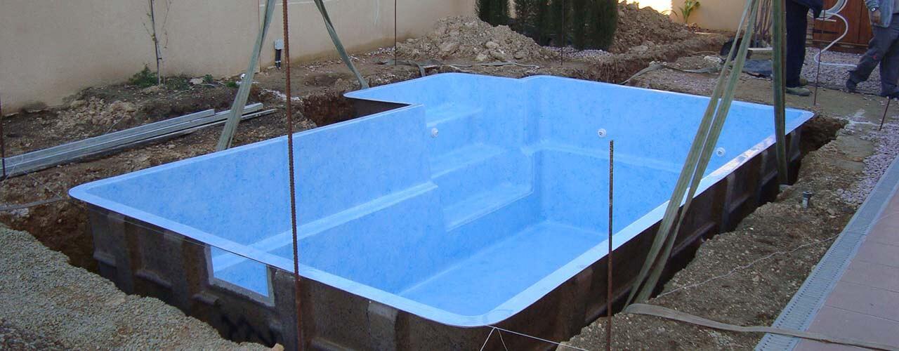C mo se instala una piscina prefabricada de poli ster y fibra for Como se construye una piscina